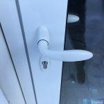 нажимная ручка на алюминиевой двери